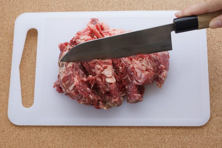 牛肉を叩いてやわらかくする