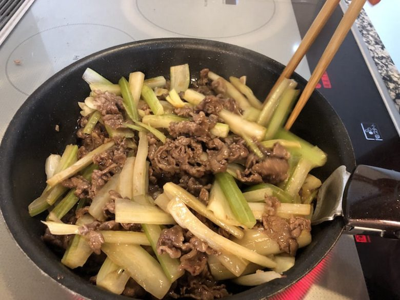 牛肉とセロリの中華風ごま油炒めの作り方